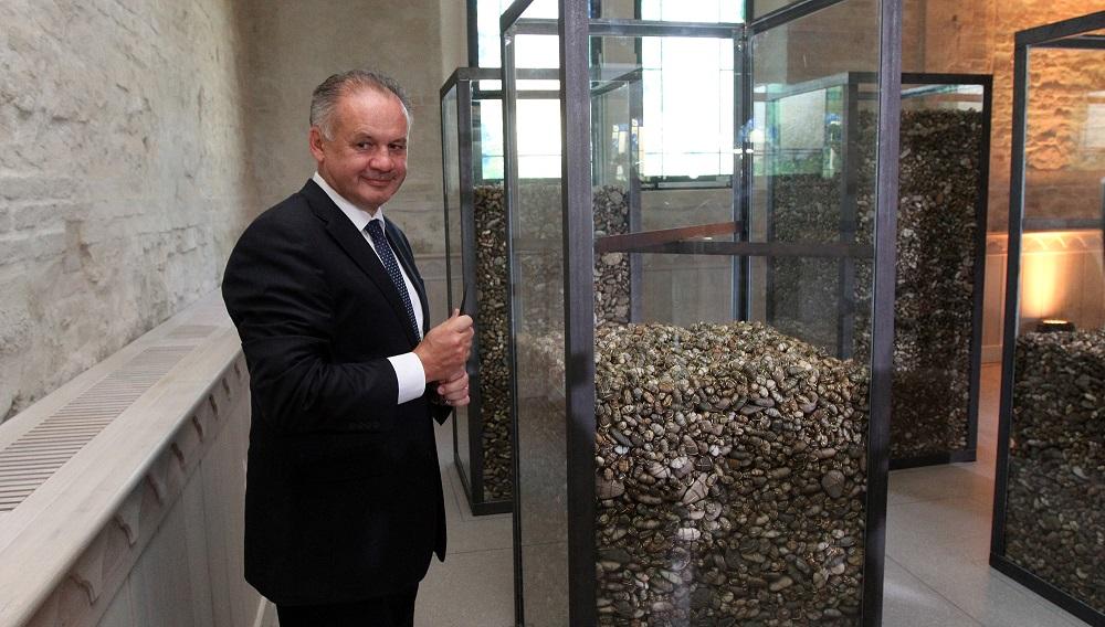 Andrej Kiska odhalil v lučeneckej synagóge dielo Memento
