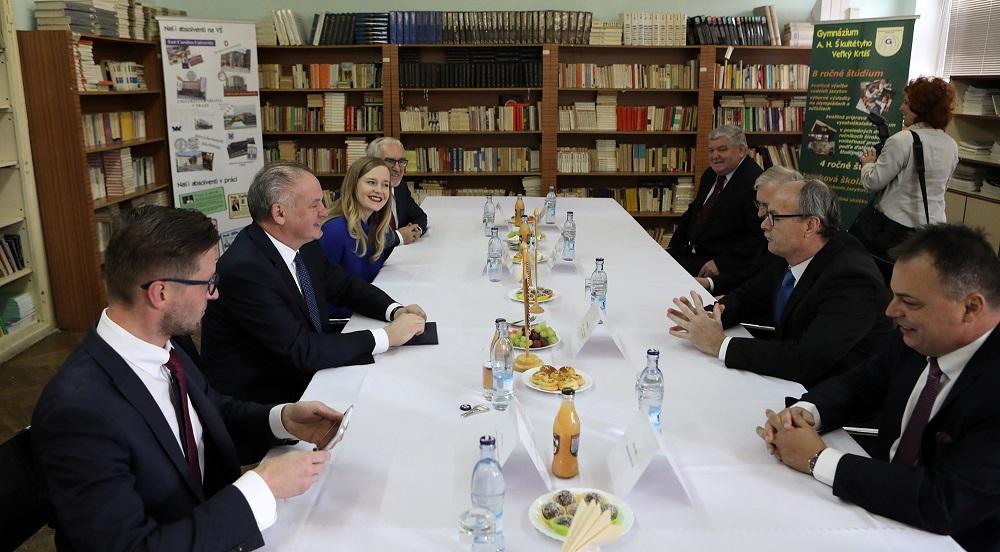 Prezident navštívil Veľký Krtíš, vyzdvihol prácu s Rómami