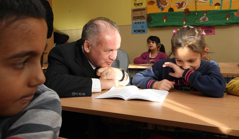 Kiska navštívil v Humennom talentovaných žiakov aj rómsku osadu