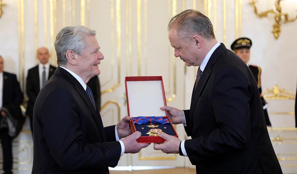 Prezident Kiska udelil vyznamenanie nemeckému exprezidentovi Gauckovi