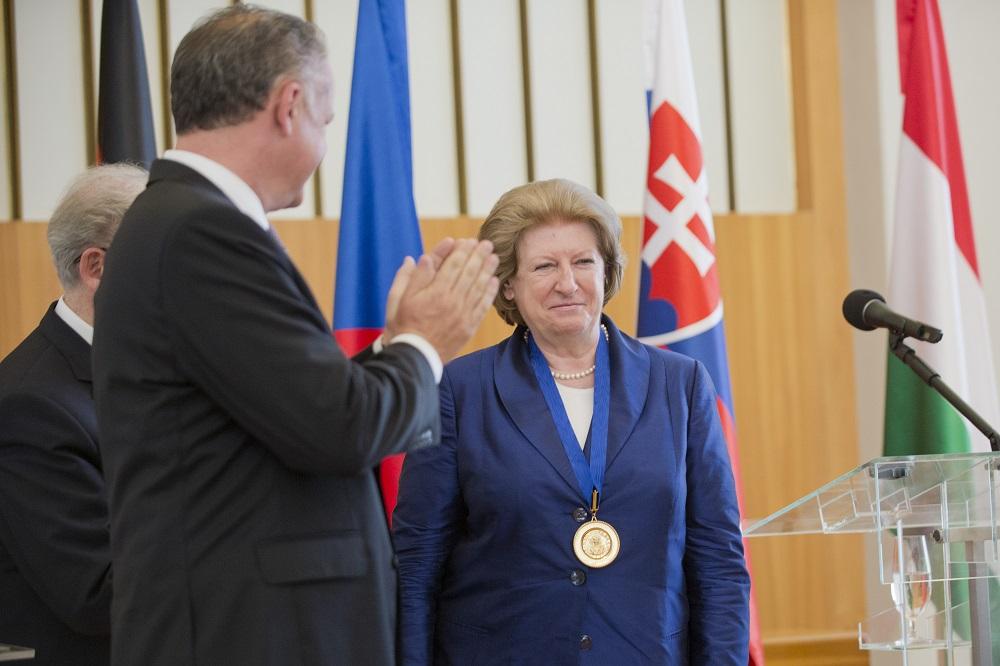 Prezident odovzdal Hanne Suchockej cenu sv. Vojtecha