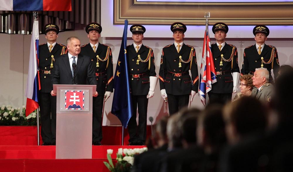 Prezident udelil štátne vyznamenania 15 ženám a 15 mužom