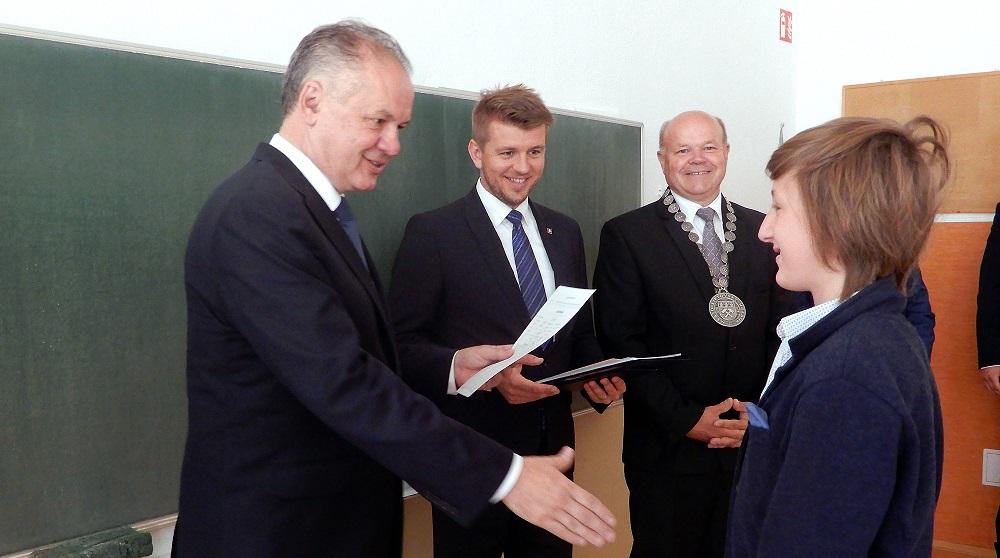 Prezident odovzdal vysvedčenia žiakom v Liptovskom Hrádku