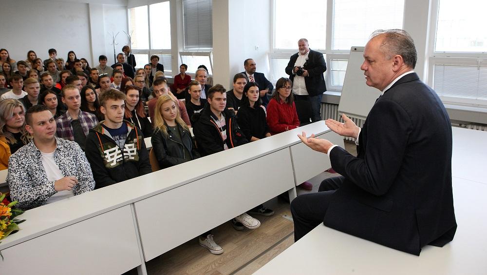 Prezident diskutoval so študentmi strednej polygrafickej školy