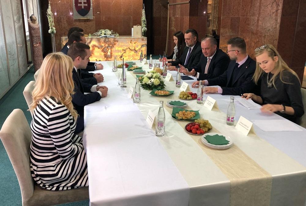 Prezident diskutoval v Nových Zámkoch aj o problémoch s dopravou