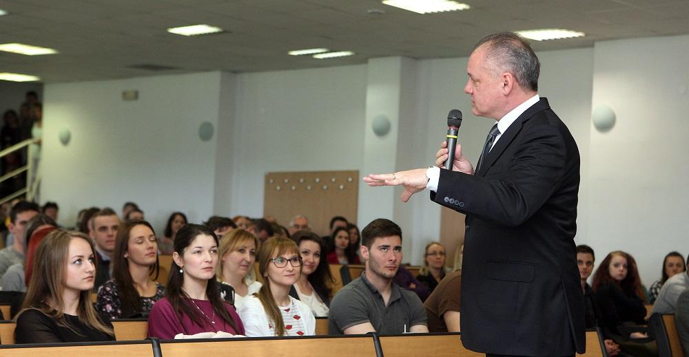 Prezident diskutoval so študentmi Trenčianskej univerzity Alexandra Dubčeka