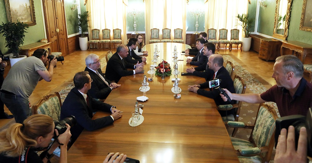 Prezident diskutoval s opozičnými stranami o ústavnom súde