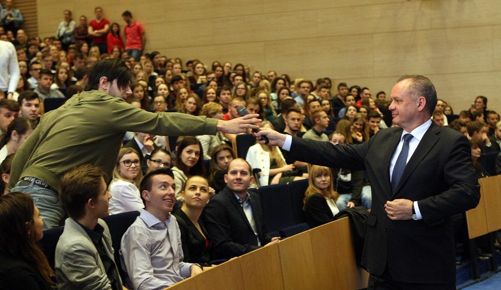 Prezident diskutoval so študentmi Ekonomickej univerzity v Bratislave