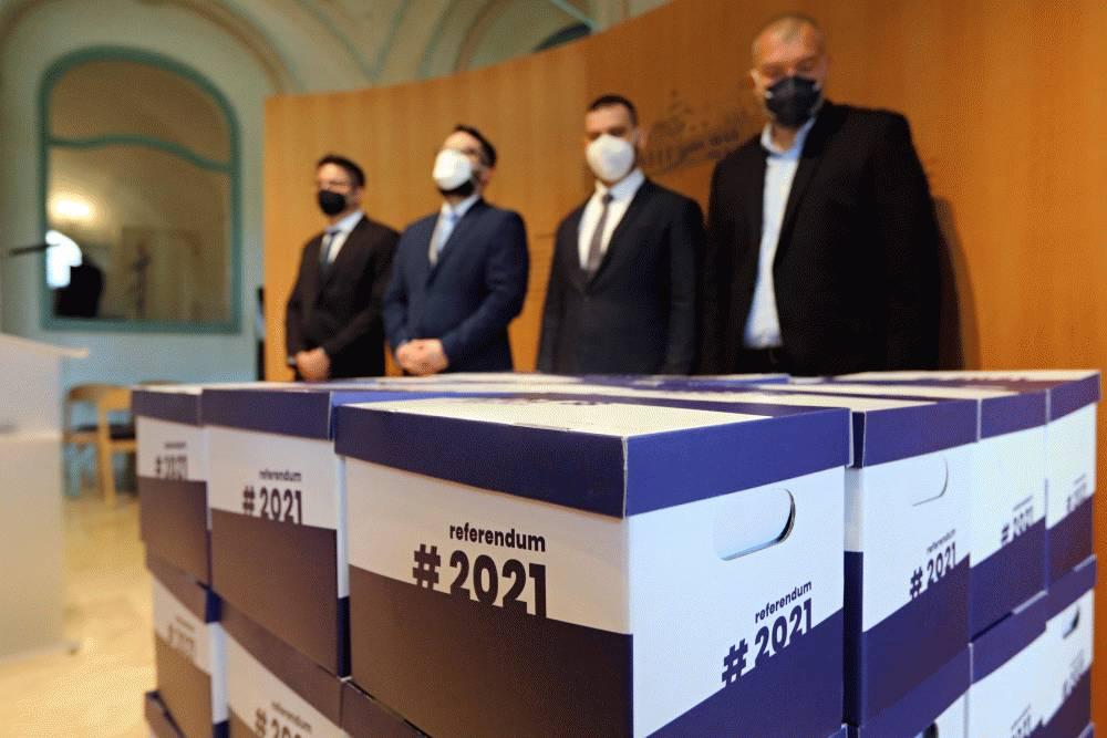 Vedúci KP SR prevzal petičné hárky za vyhlásenie referenda