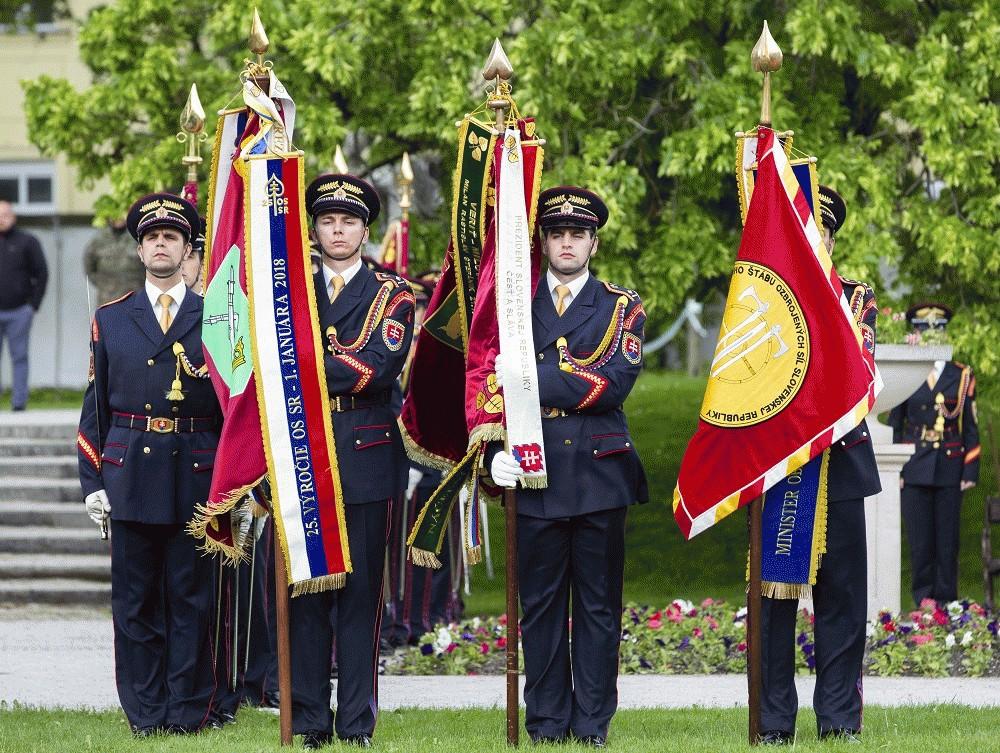 Prezident slávnostne odovzdal bojové zástavy vojenským útvarom